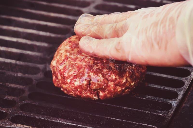 Cozinheiro chefe que faz o rissol do Hamburger na cozinha com carne picada imagem de stock royalty free