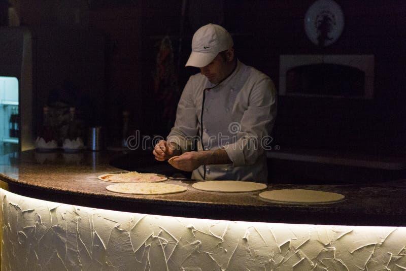 Cozinheiro chefe que faz a pizza em uma competição de cozimento fotografia de stock royalty free