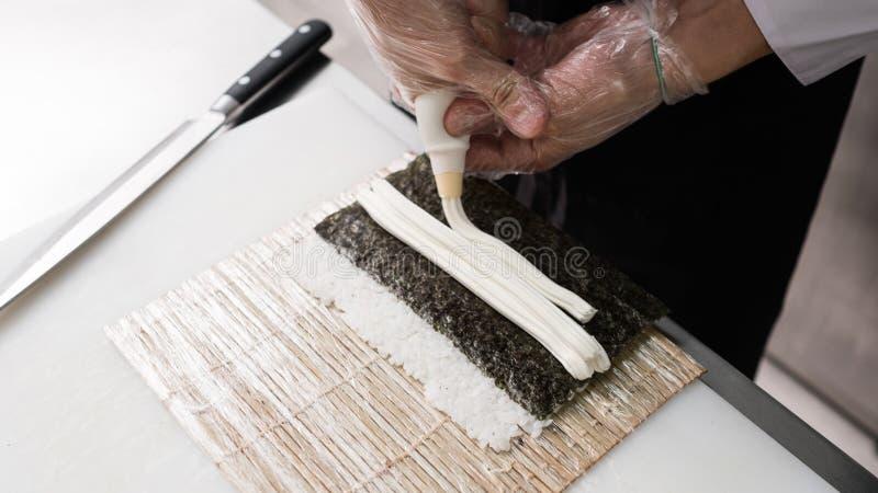 Cozinheiro chefe que prepara a receita moderna da maionese do sushi fotografia de stock royalty free