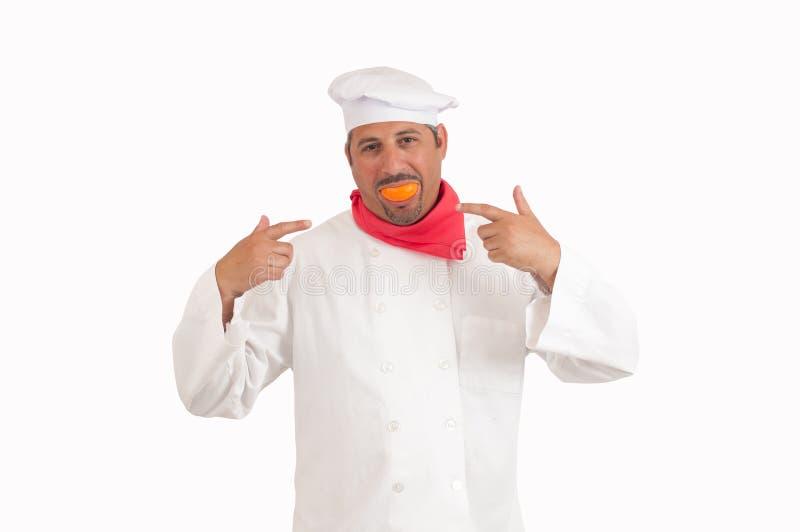 Cozinheiro chefe que sorri com laranja foto de stock