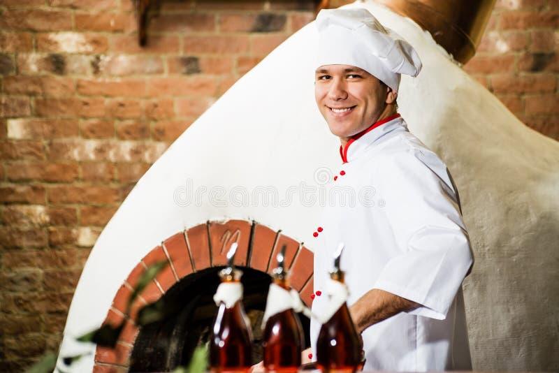 Cozinheiro chefe que trabalha na cozinha imagens de stock