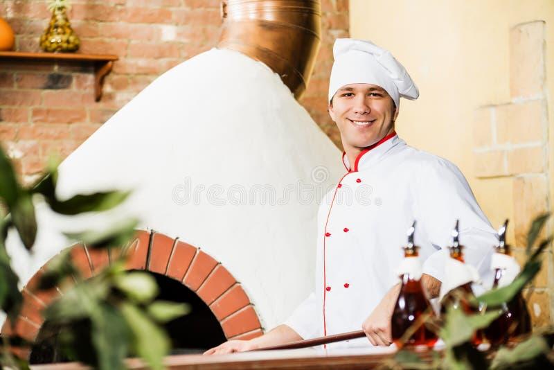 Cozinheiro chefe que trabalha na cozinha fotografia de stock