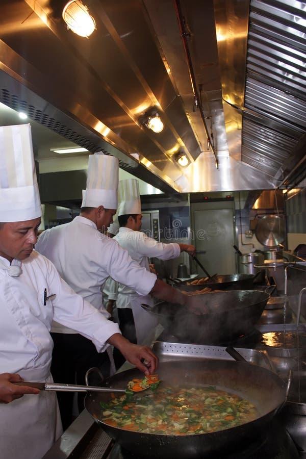 Cozinheiro chefe que trabalha na cozinha imagens de stock royalty free