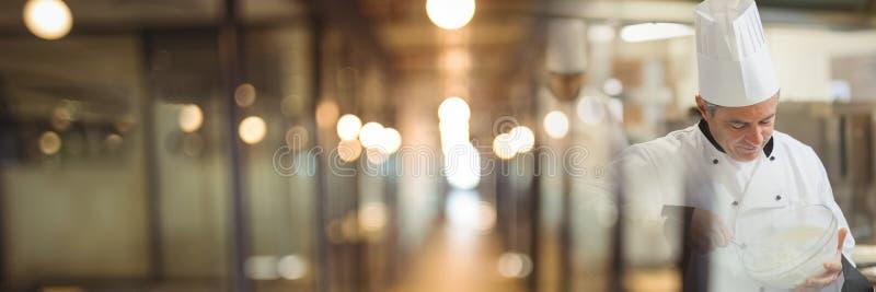 Cozinheiro chefe que trabalha na cozinha com transição obscura bonita das luzes foto de stock