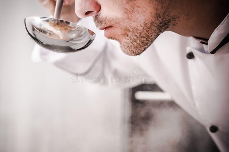 Cozinheiro chefe Smelling Soup da cozinha imagens de stock royalty free