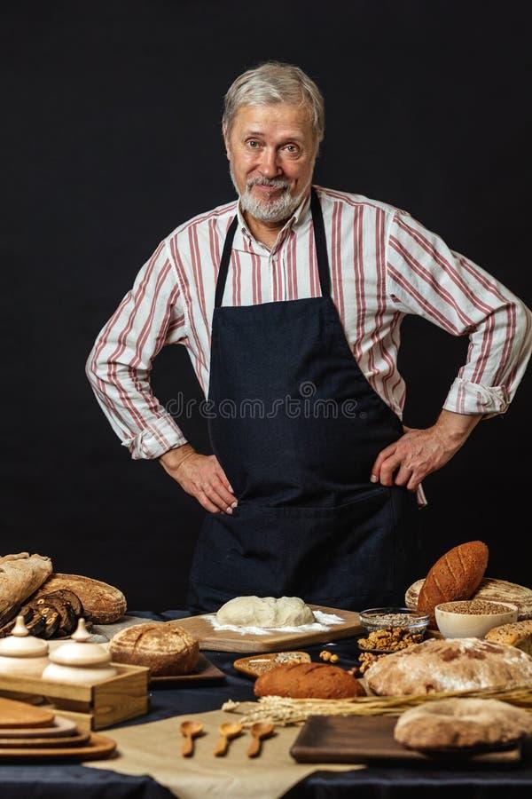Cozinheiro chefe superior masculino isolado no fundo preto imagens de stock