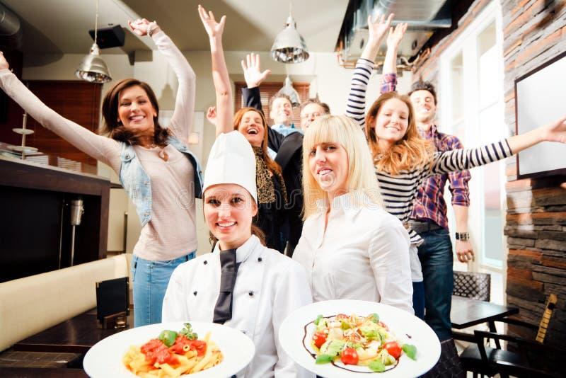 Cozinheiro chefe And Waiter With seus convidados imagens de stock royalty free