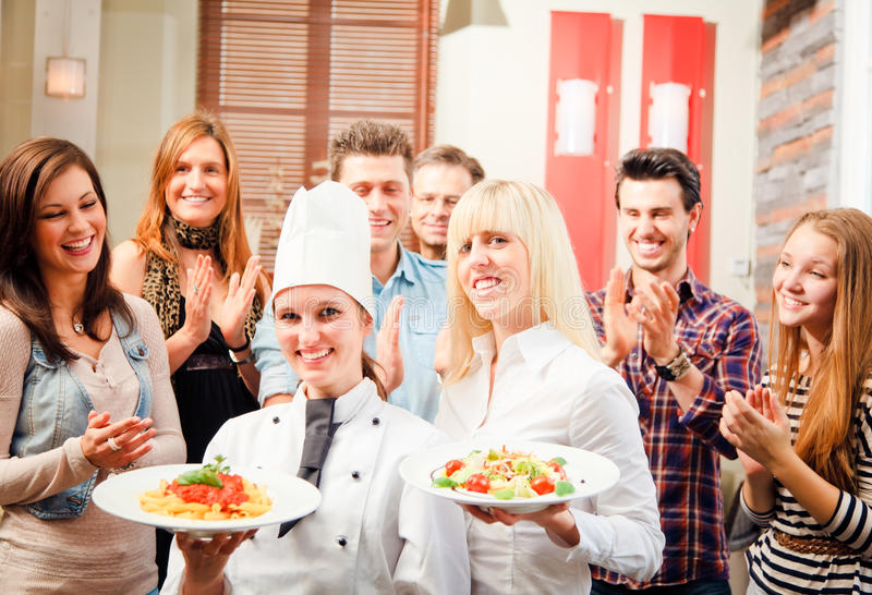 Cozinheiro chefe And Waiter With seus convidados imagens de stock
