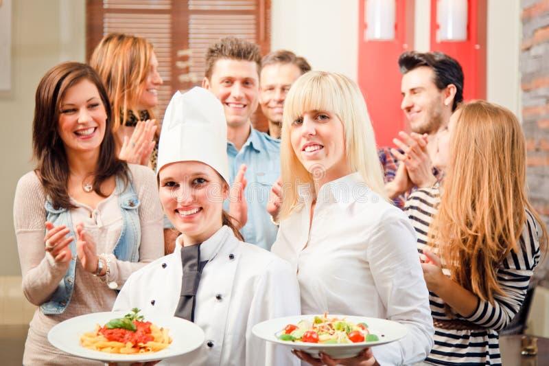 Cozinheiro chefe And Waiter With seus convidados fotos de stock