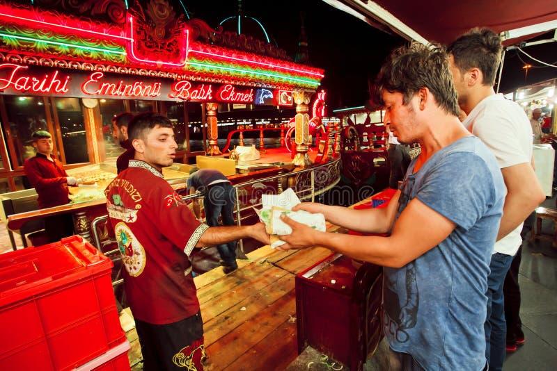 Cozinheiro da comida rápida grelhada das vendas dos hamburgueres dos peixes imagens de stock