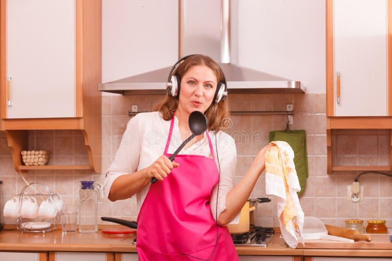 Cozinheiro da dona de casa na cozinha fotos de stock