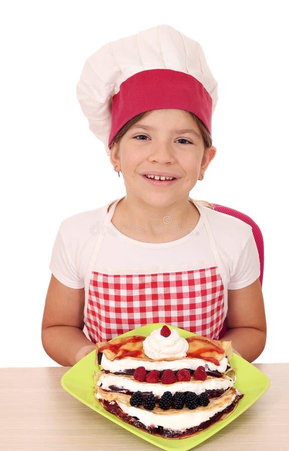 Cozinheiro da menina com crepes e frutos doces imagens de stock royalty free