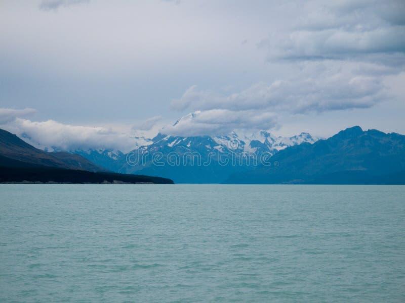 Cozinheiro da montagem sobre um lago azul fotos de stock royalty free