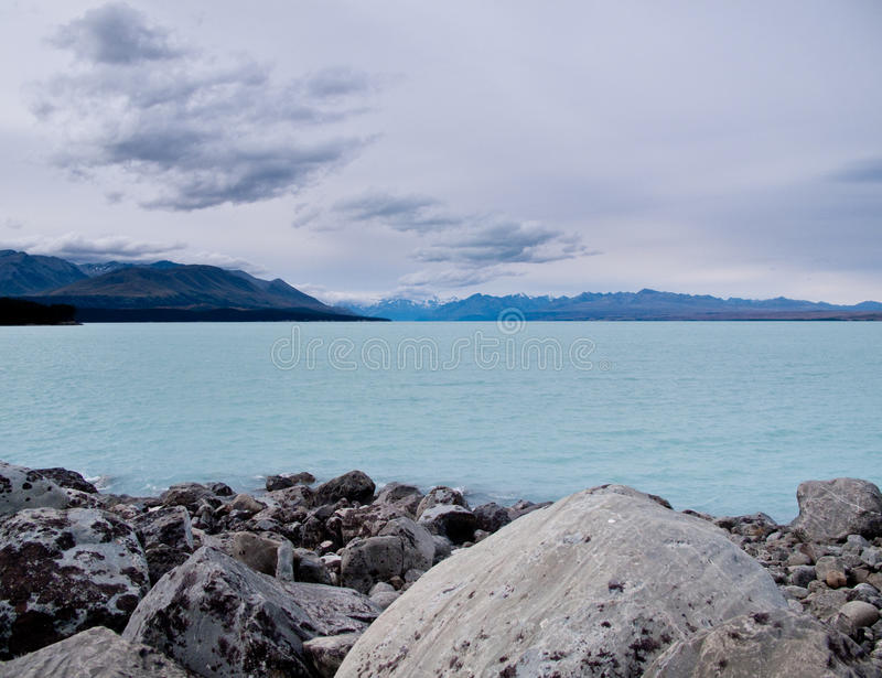 Cozinheiro da montagem sobre um lago azul imagens de stock