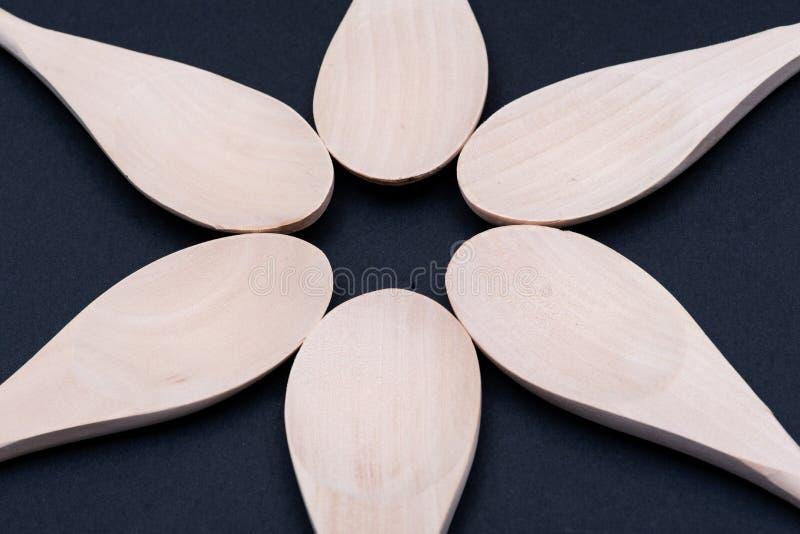 Cozinheiro de madeira feito a mão Spoons na obscuridade UTENS?LIOS DE COZIMENTO DE MADEIRA fotografia de stock royalty free