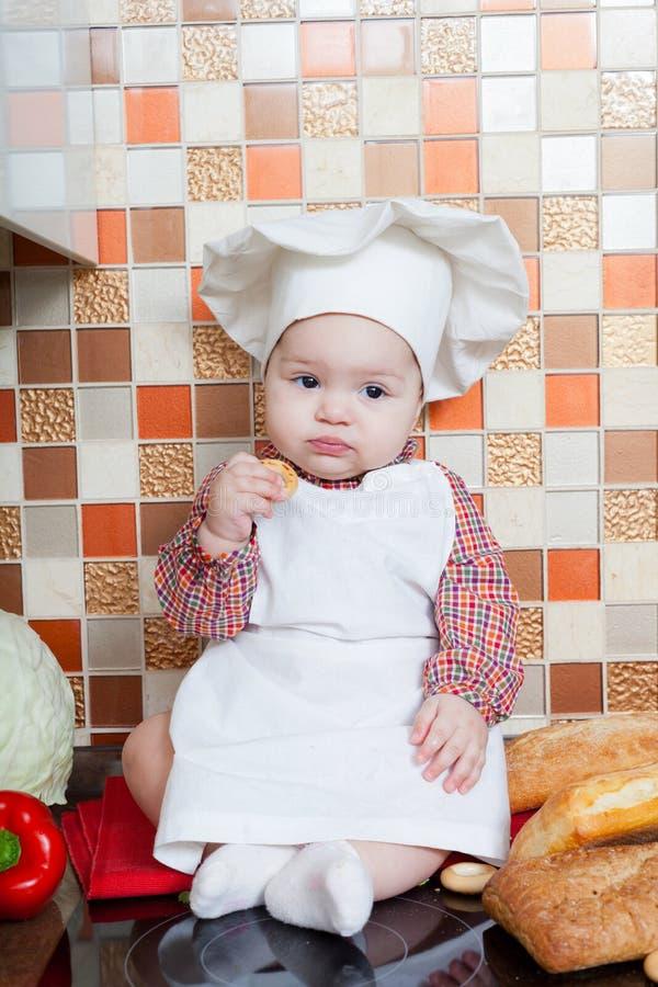 Cozinheiro do bebê com pão imagens de stock royalty free