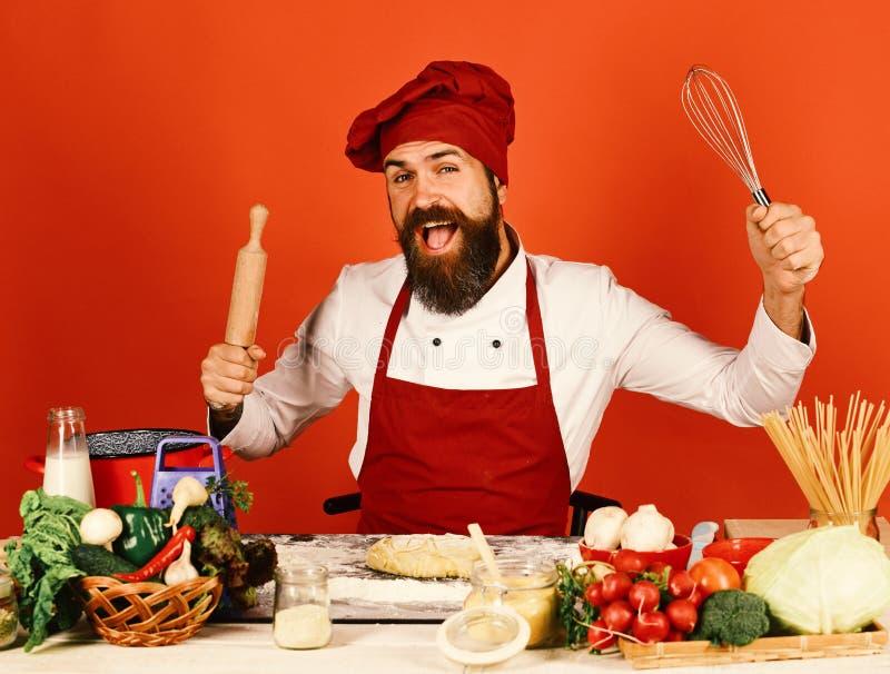 Cozinheiro do cozinheiro chefe na cozinha comercial O cozinheiro chefe profissional guarda o pino do rolo fotos de stock