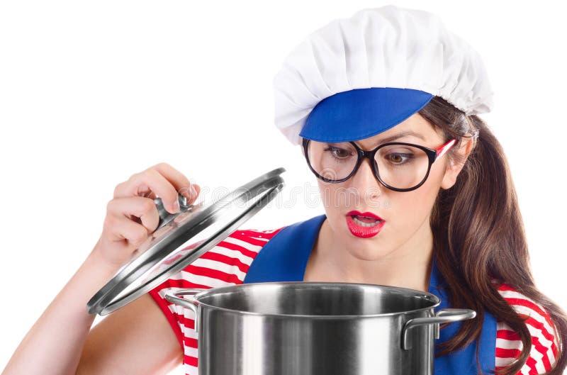 Cozinheiro do cozinheiro chefe da mulher que guarda o potenciômetro imagem de stock
