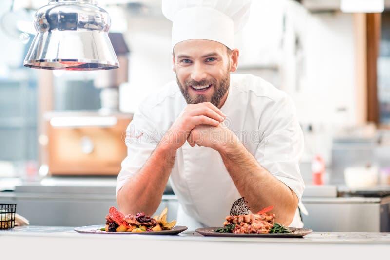 Cozinheiro do cozinheiro chefe na cozinha imagens de stock