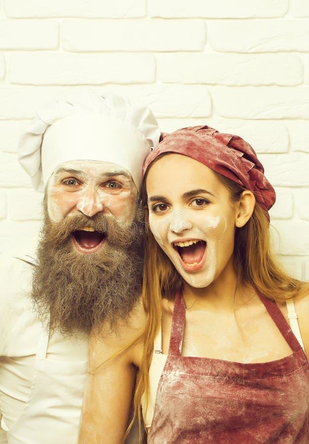 Cozinheiro do olhar severo e menina bonita fotos de stock royalty free