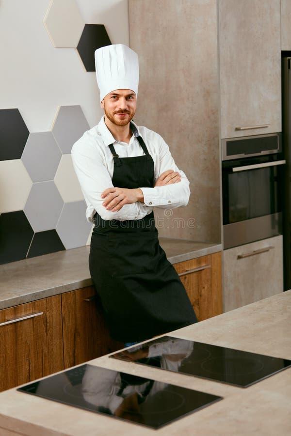 Cozinheiro dos jovens na cozinha Retrato fotografia de stock