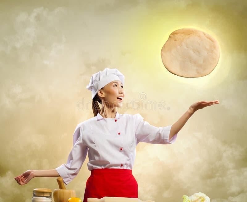 Cozinheiro fêmea asiático que faz a pizza foto de stock royalty free