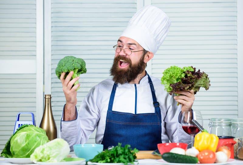 Cozinheiro farpado do homem na cozinha, culinária Dieta e alimento biológico, vitamina Homem do cozinheiro chefe no chapéu Receit imagens de stock royalty free