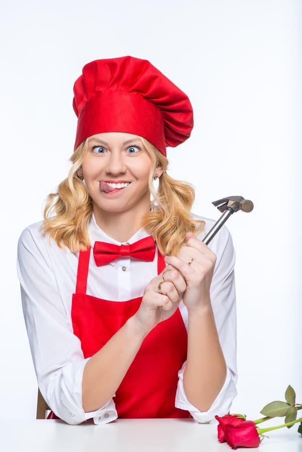 Cozinheiro louco da mulher com o martelo fundo branco no portra isolado fotografia de stock