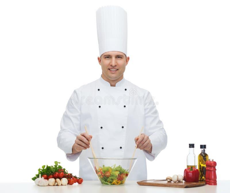 Cozinheiro masculino feliz do cozinheiro chefe que cozinha o alimento imagens de stock