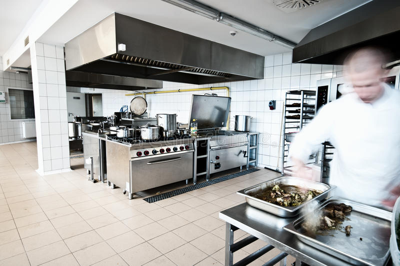 Cozinheiro na cozinha industrial imagem de stock royalty free