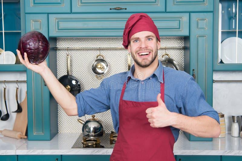 Cozinheiro no bom humor Relaxe posto sobre alguma música O cozinheiro composto é o mais eficiente O cozinheiro chefe do homem gos fotografia de stock