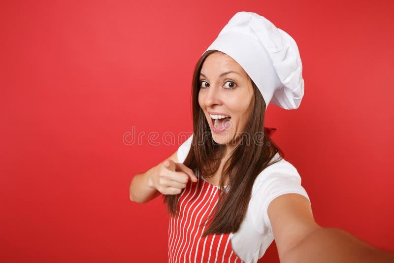 Cozinheiro ou padeiro fêmea do cozinheiro chefe da dona de casa em avental listrado, t-shirt branco, chapéu dos cozinheiros chefe fotografia de stock