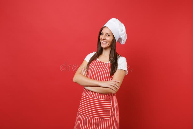 Cozinheiro ou padeiro fêmea do cozinheiro chefe da dona de casa em avental listrado, t-shirt branco, chapéu dos cozinheiros chefe fotos de stock royalty free
