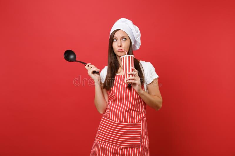Cozinheiro ou padeiro fêmea do cozinheiro chefe da dona de casa em avental listrado, t-shirt branco, chapéu dos cozinheiros chefe imagens de stock royalty free