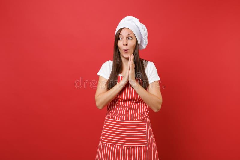 Cozinheiro ou padeiro fêmea do cozinheiro chefe da dona de casa no t-shirt branco do avental listrado, chapéu dos cozinheiros che foto de stock royalty free