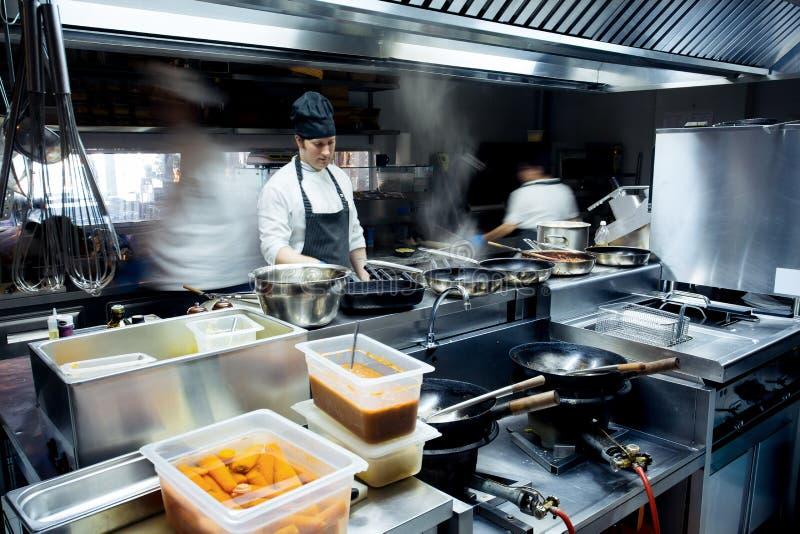Cozinheiros chefe do movimento de uma cozinha do restaurante foto de stock royalty free
