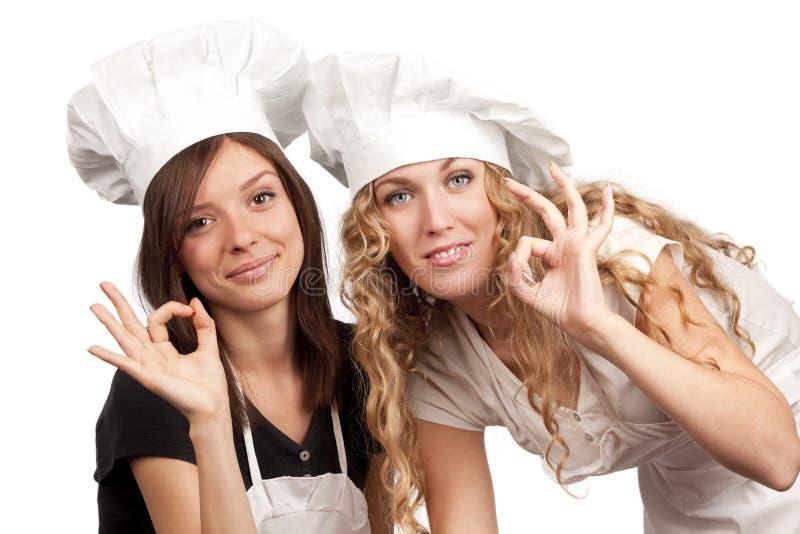 Cozinheiros chefe fêmeas com sinal aprovado foto de stock royalty free