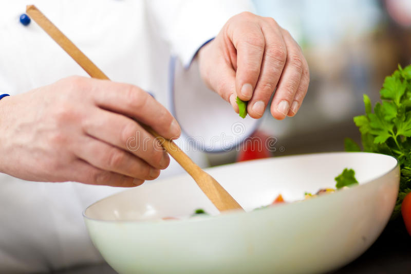 Cozinheiros chefe no trabalho fotos de stock