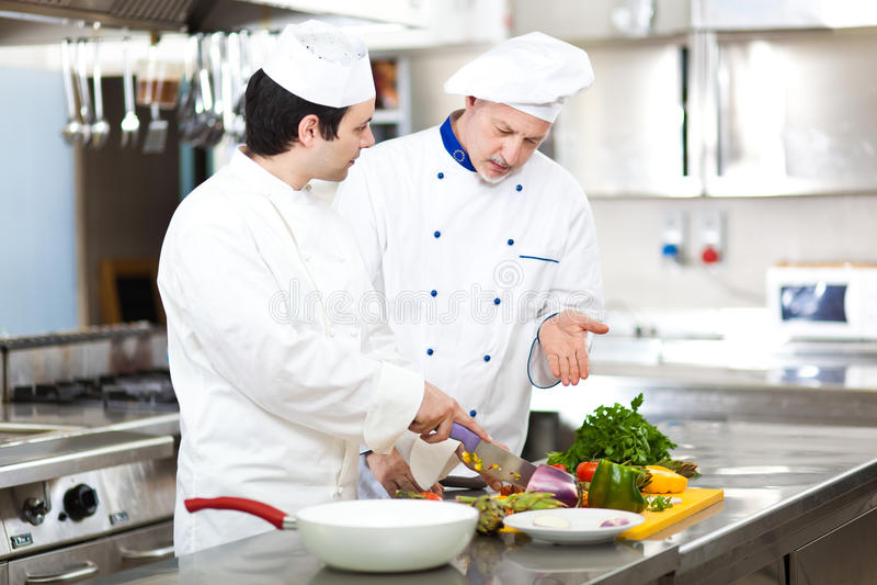 Cozinheiros chefe profissionais no trabalho foto de stock