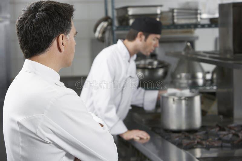 Cozinheiros chefe que trabalham na cozinha fotos de stock royalty free