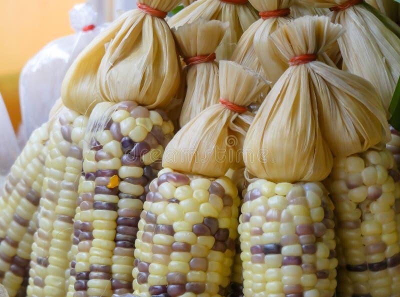 Cozinhou o milho doce orgânico fresco é vendido no mercado de rua foto de stock