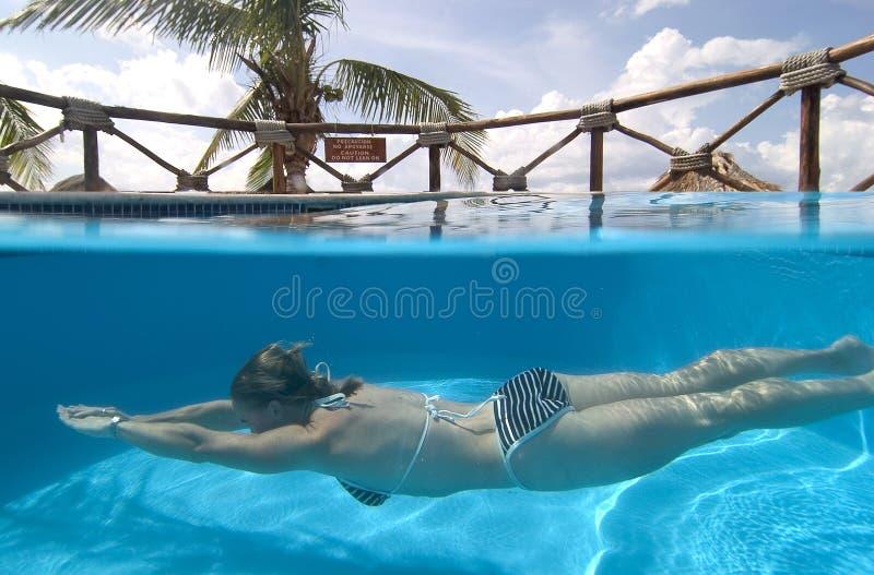 cozumel墨西哥游泳妇女 免版税库存图片
