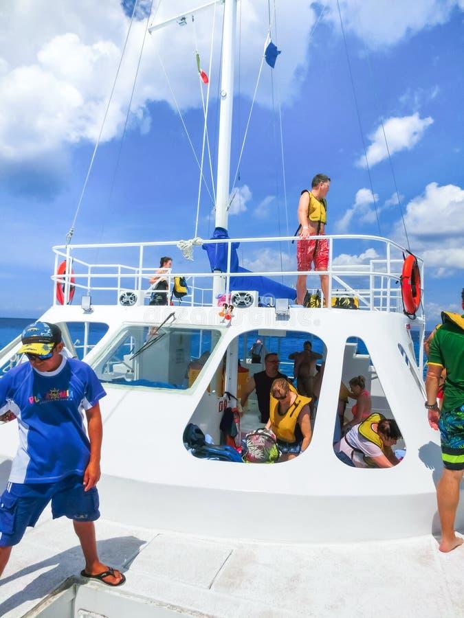 Cozumel, México - 4 de mayo de 2018: La gente en el viaje del submarino que bucea y de la pesca en barco en el mar del Caribe imágenes de archivo libres de regalías