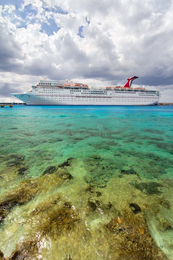Cozumel, Meksyk, 17-March-2012: widok Karnawałowy radość statek blisko mola cozumel zdjęcia stock