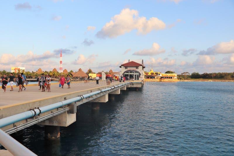 Cozumel, Mexico - 3/16/18 - kruist schippassagiers die onderaan het dok lopen naar hun cruiseschip terugkeren stock afbeelding
