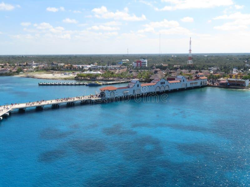Cozumel, Mexico - 3/16/18 - kruist schippassagiers die onderaan het dok lopen naar hun cruiseschip terugkeren stock foto