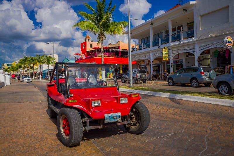 COZUMEL, MEXICO - MAART 23, 2017: Kleurrijke Rode Jeepauto, één of andere toeristenhuur het om de aantrekkelijkste plaatsen rond  royalty-vrije stock fotografie
