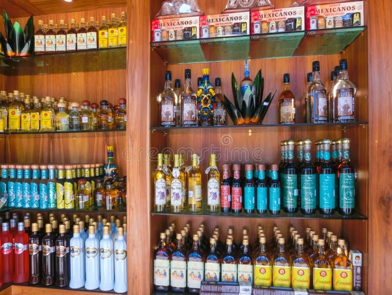 Cozumel Mexico - Maj 04, 2018: alkoholdrycker eller produkter på magasingatuförsäljaren - Mexico royaltyfri bild
