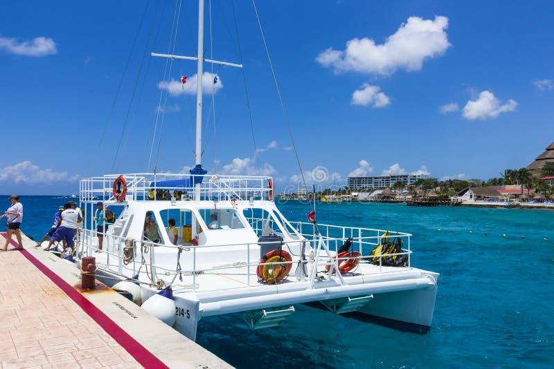 Cozumel, Mexico - Mei 04, 2018: toeristen op veerboot in blauw Caraïbisch water in Cozumel, Mexico stock foto's