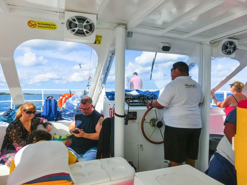 Cozumel, Mexiko - 4. Mai 2018: Die Leute am Schnorcheln von Underwater und an der Fischerei des Ausflugs durch Boot in dem karibi lizenzfreies stockbild